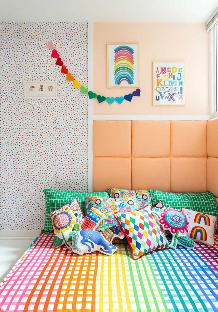 O que acha de apostar em várias almofadas divertidas totalmente coloridas?