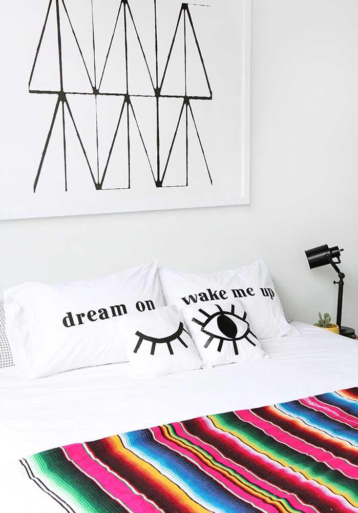 Faça combinações de almofadas divertidas no estilo frase com imagens.