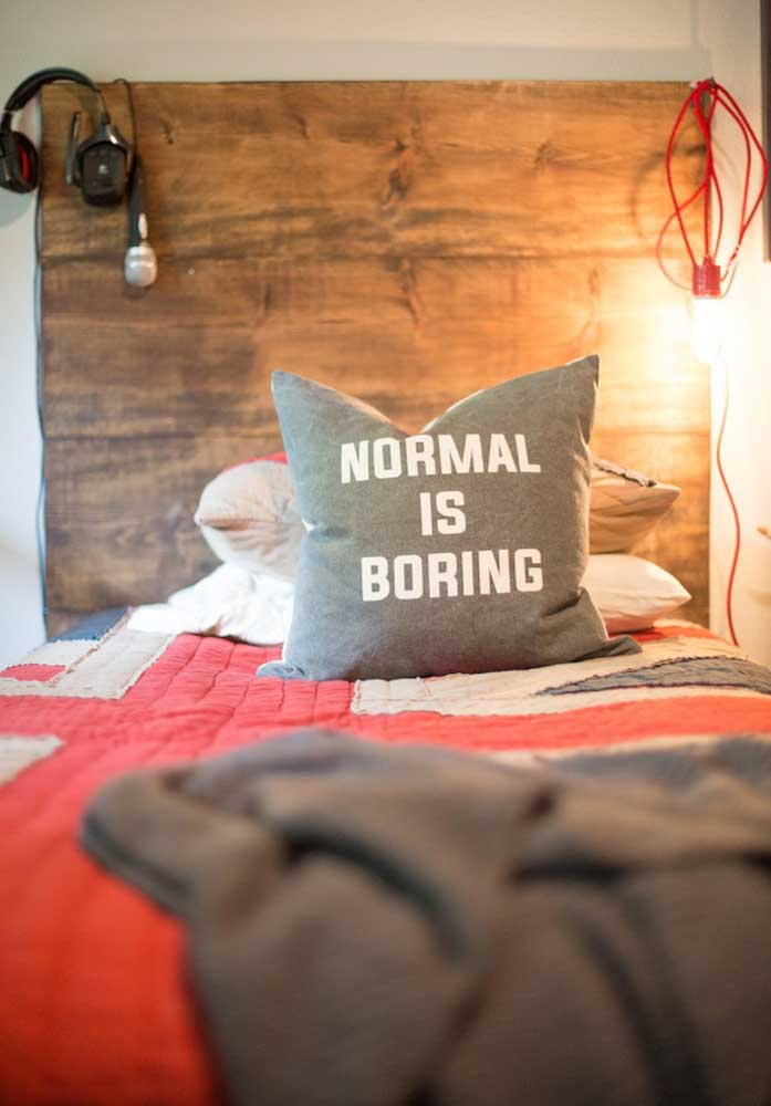 Escolha uma frase que combine com você e faça uma almofada para decorar seu quarto.