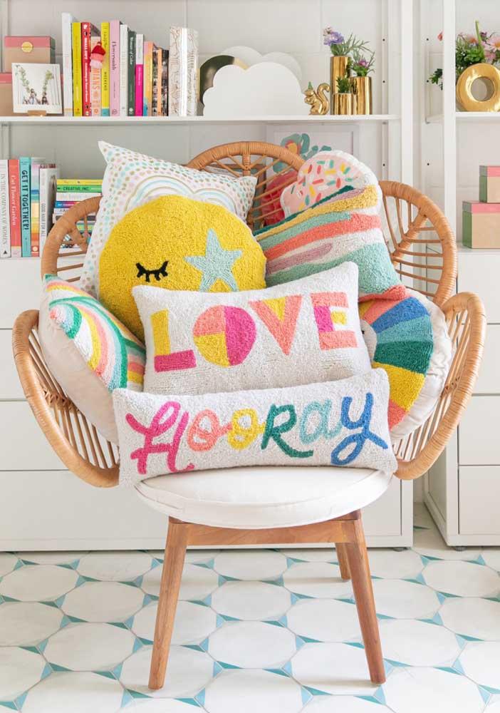 Uma casa cheia de almofadas divertidas tende a ser um lar confortável e animado.