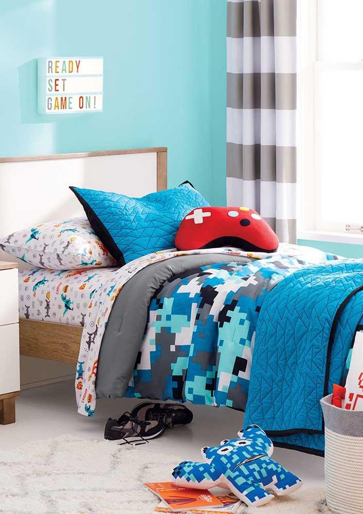 Escolha almofadas divertidas que combinam com o tema de decoração do ambiente.