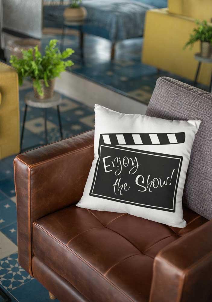 Você pode se inspirar no cinema para criar a sua almofada divertida.