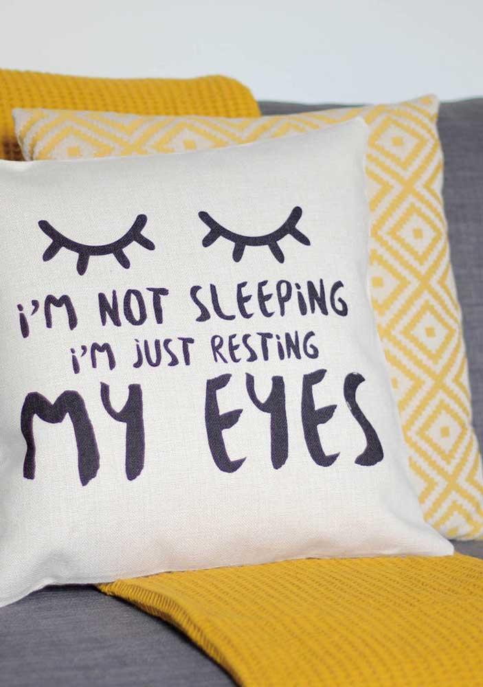 Coloque almofadas com frases inspiradoras nos cômodos da casa.