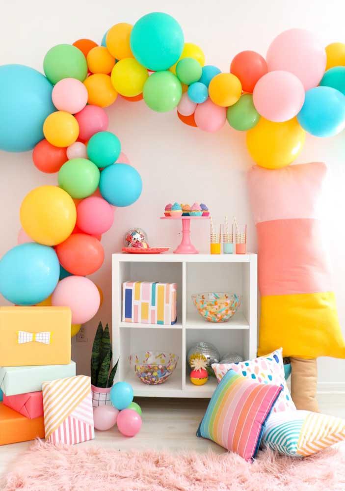 Dá até para fazer uma decoração com balões desconstruídos e muitas almofadas divertidas.