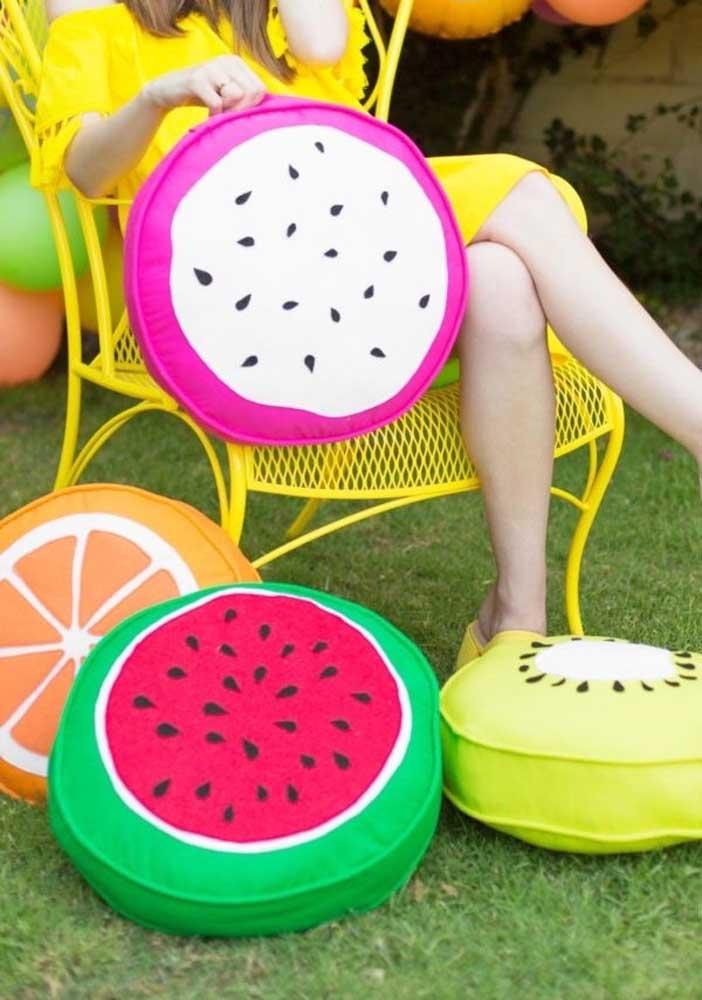 Espalhe no chão da casa as almofadas divertidas no formato de frutas.