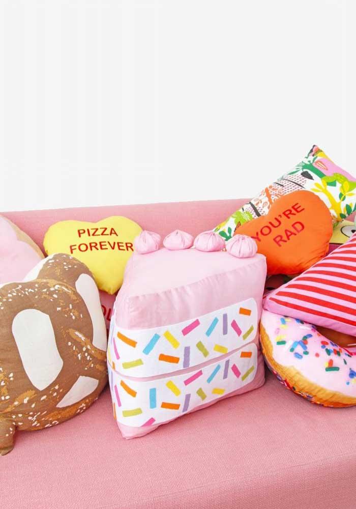 Escolha formatos e estampas diferentes para fazer uma coleção de almofadas divertidas.