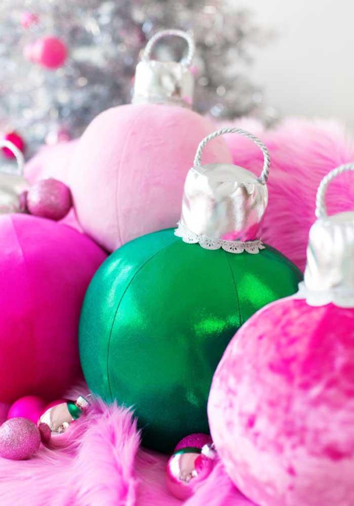 Sabe as bolas de natal? Você pode fazer almofadas nesse formato.