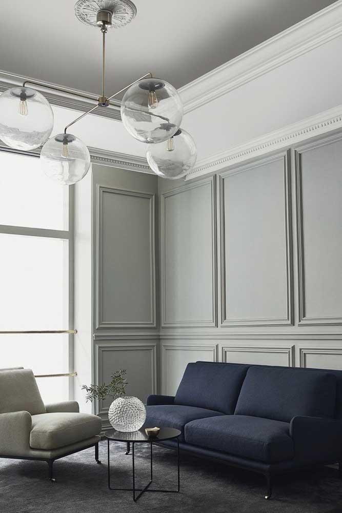 O Boiserie feito de gesso branco deixa o ambiente mais clean.