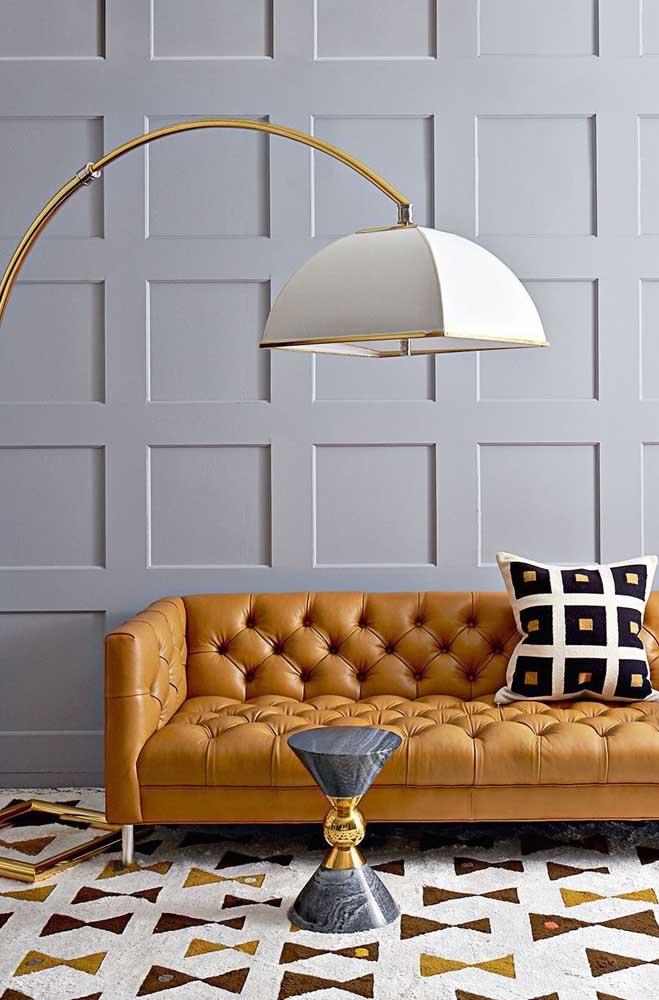 Olha que contraste perfeito entre parede Boiserie e móveis