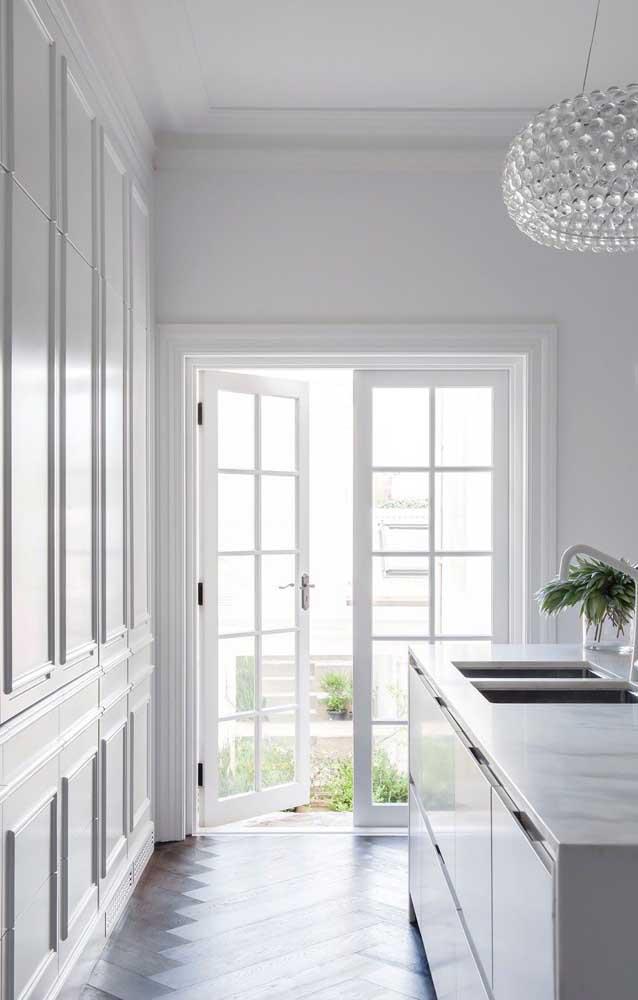 A moldura Boiserie pode seguir o mesmo estilo da porta.