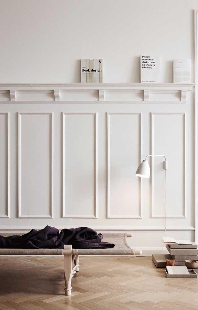 Você pode usar o Boiserie meia parede para não chamar tanta atenção.