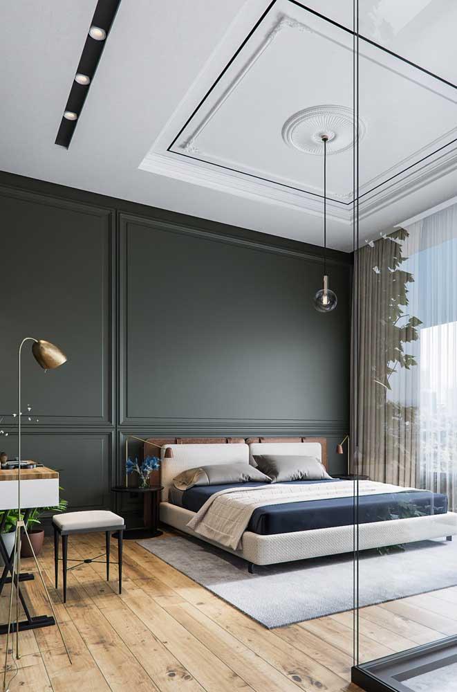O piso de madeira, o teto branco e a parede Boiserie.