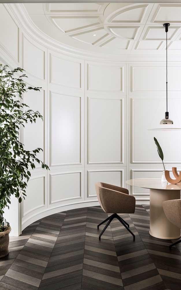 Olha que contraste perfeito entre a moldura Boiserie na parede e o piso.