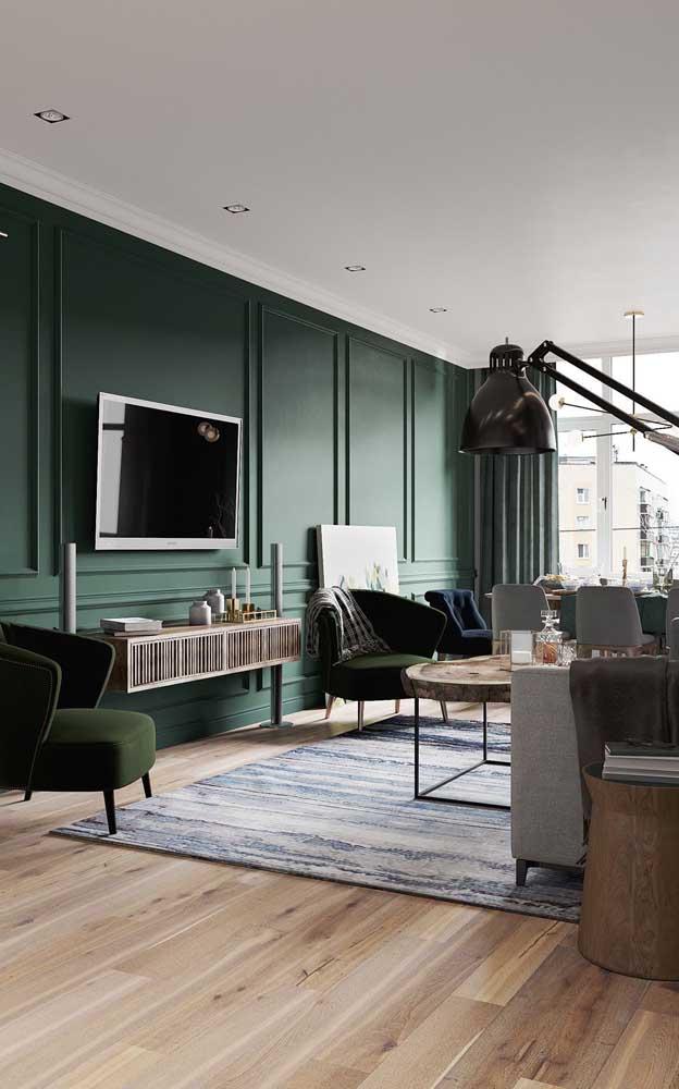 O que acha dessa combinação de parede na cor verde e piso carpete de madeira?