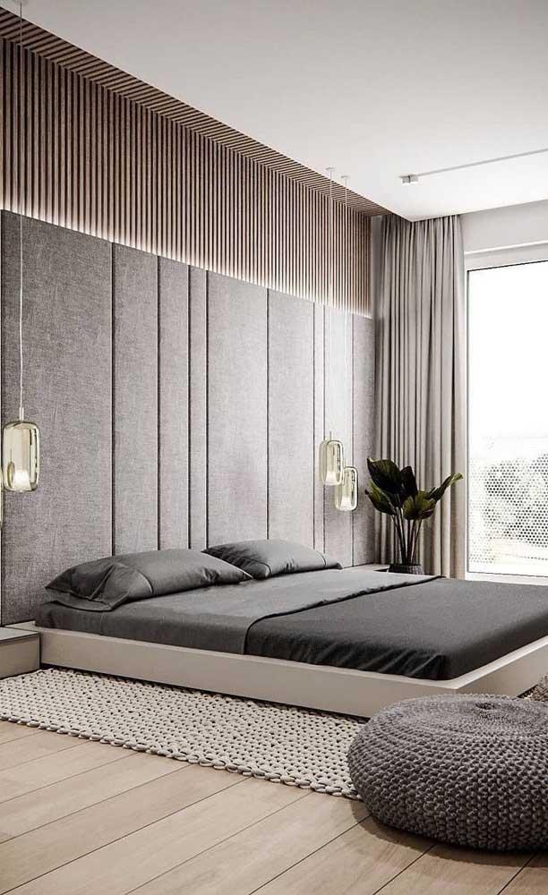 Esse modelo de carpete de madeira deixa o ambiente mais rústico.