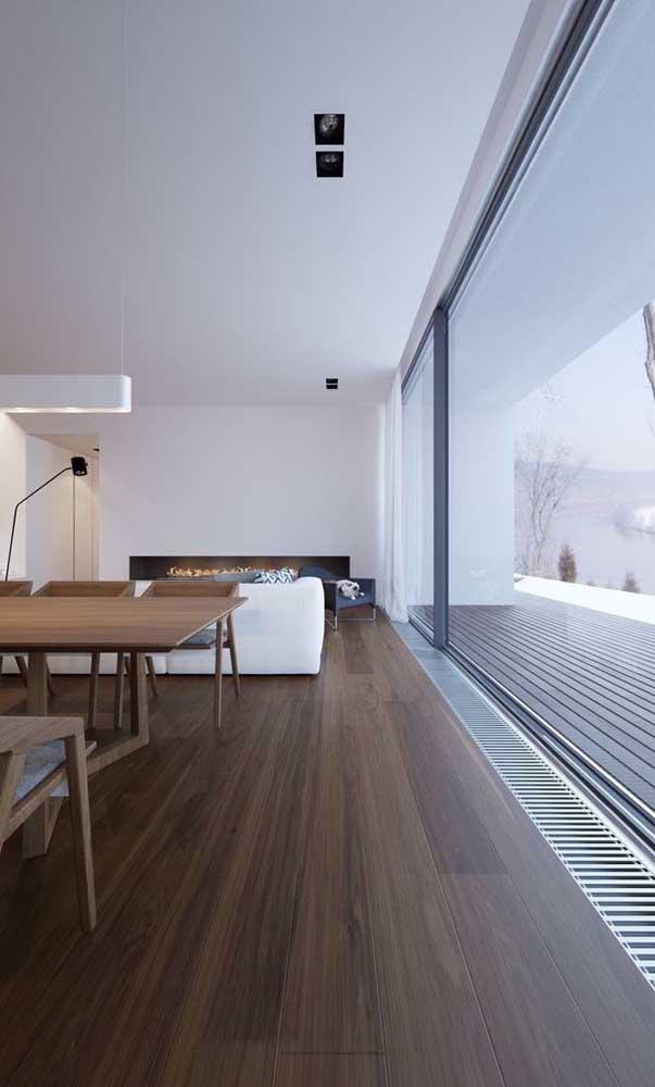 O carpete de madeira espaçoso deixa o ambiente mais uniforme.
