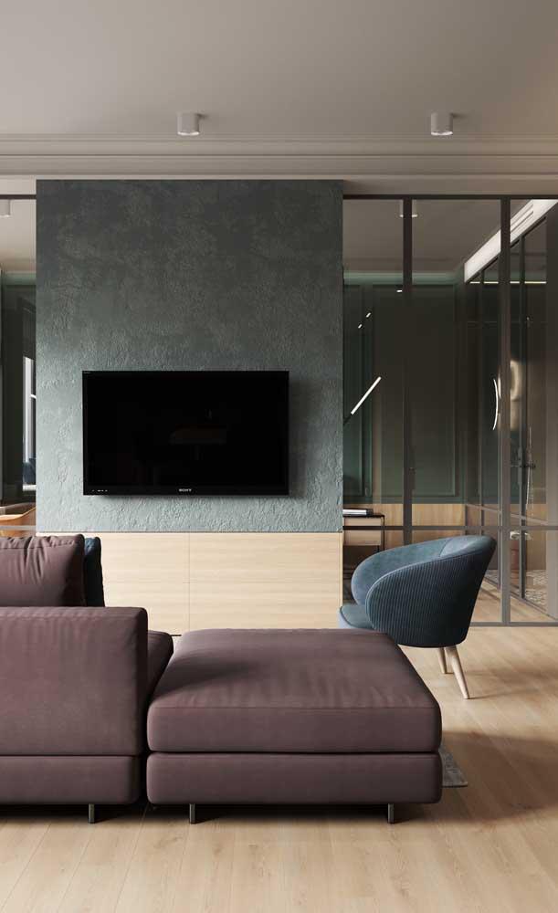 Você pode combinar perfeitamente móveis com cores sóbrias e piso de madeira claro.