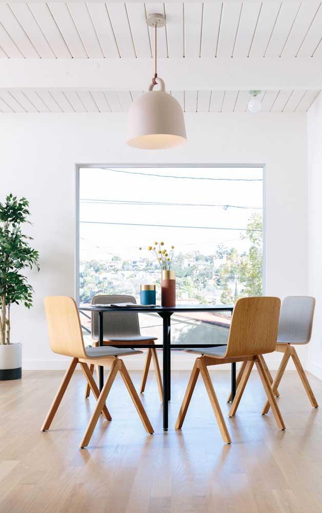 O carpete de madeira laminado deixa o ambiente mais iluminado.