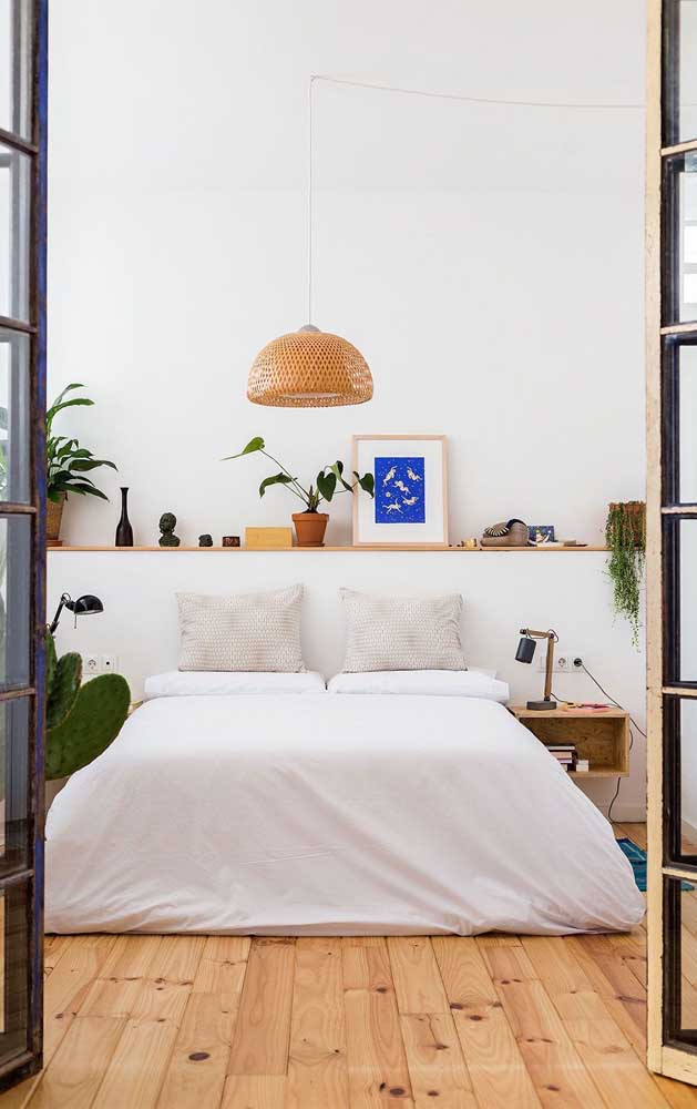 Quer apostar em uma decoração mais rústica? Faça o piso com carpete de madeira.