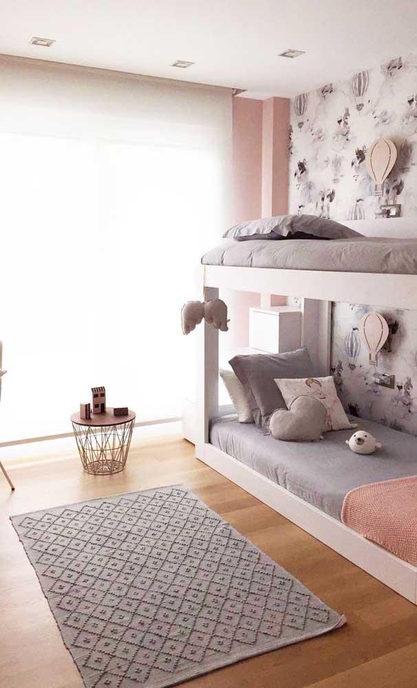 Que tal colocar um belo tapete para decorar o piso de madeira?