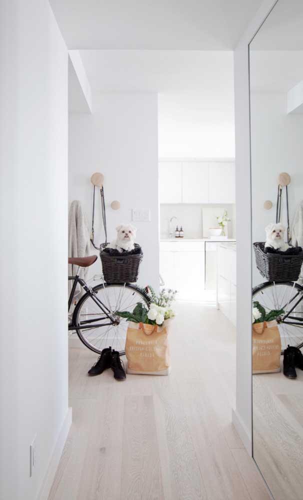 Mas se a ideia é ter um ambiente bem clean, escolha o carpete de madeira claro.