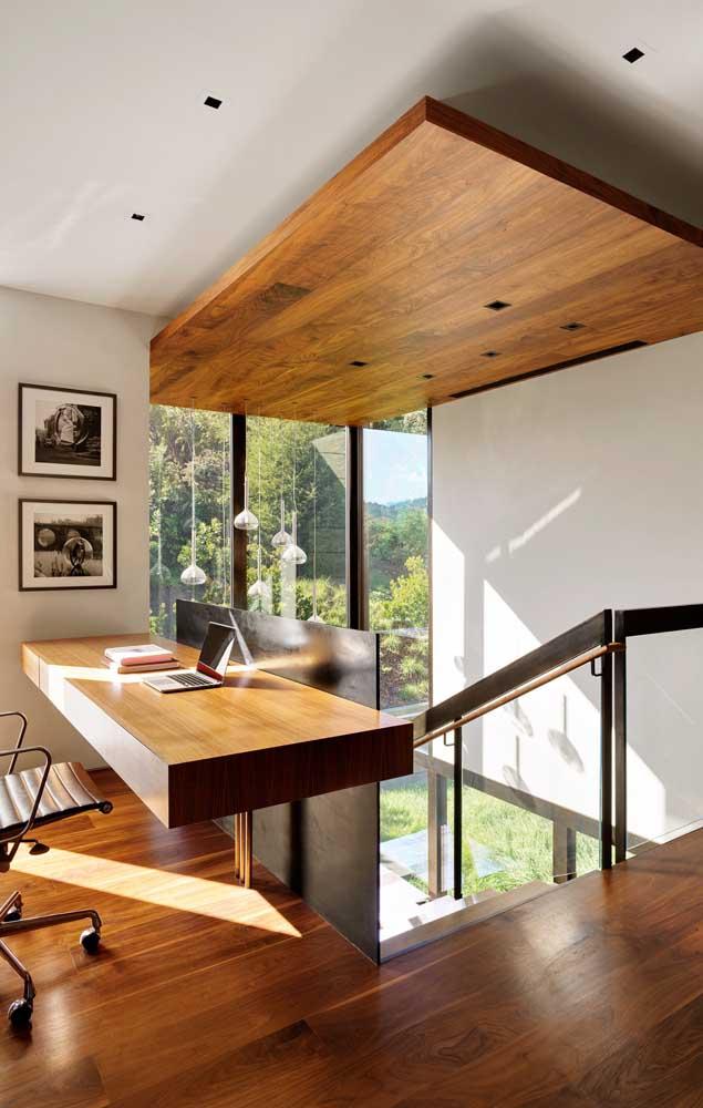 O piso de madeira fica ainda mais lindo quando combinado com outros itens no mesmo material.