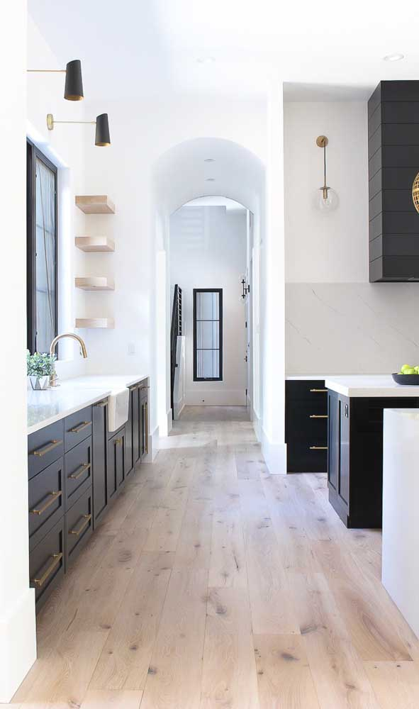 Quem disse que você não pode colocar carpete de madeira na cozinha?