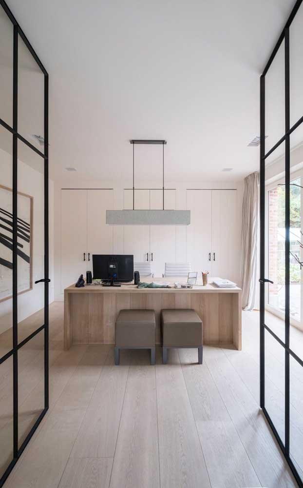 Que ambiente fantástico com o carpete de madeira e móveis no mesmo tom.
