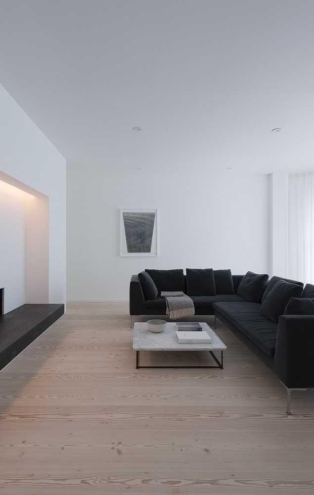 Deixa a sua sala mais clean com carpete de madeira claro.