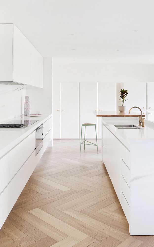 Contrate um bom profissional para instalar o carpete de madeira.