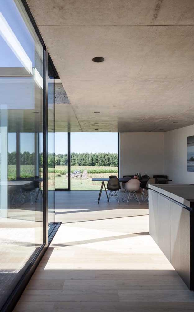 Olha que combinação perfeita: piso feito com carpete de madeira e parede feita com vidro.