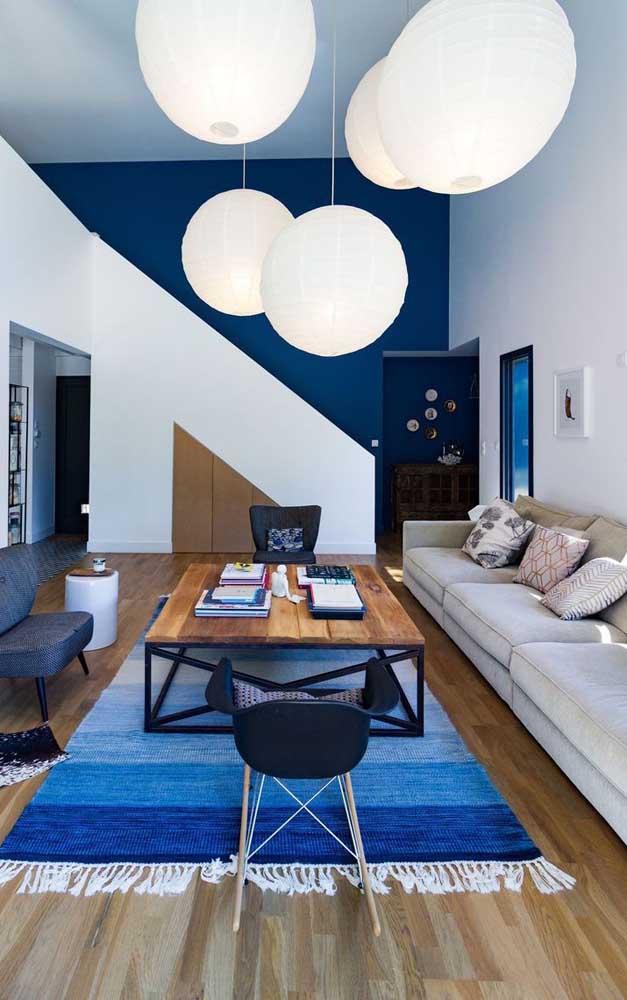 Aposte na parede feita de madeira para deixar o ambiente mais iluminado.