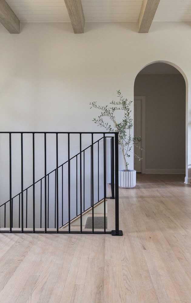 O modelo carpete de madeira espaçoso mantém o piso com a aparência mais natural.
