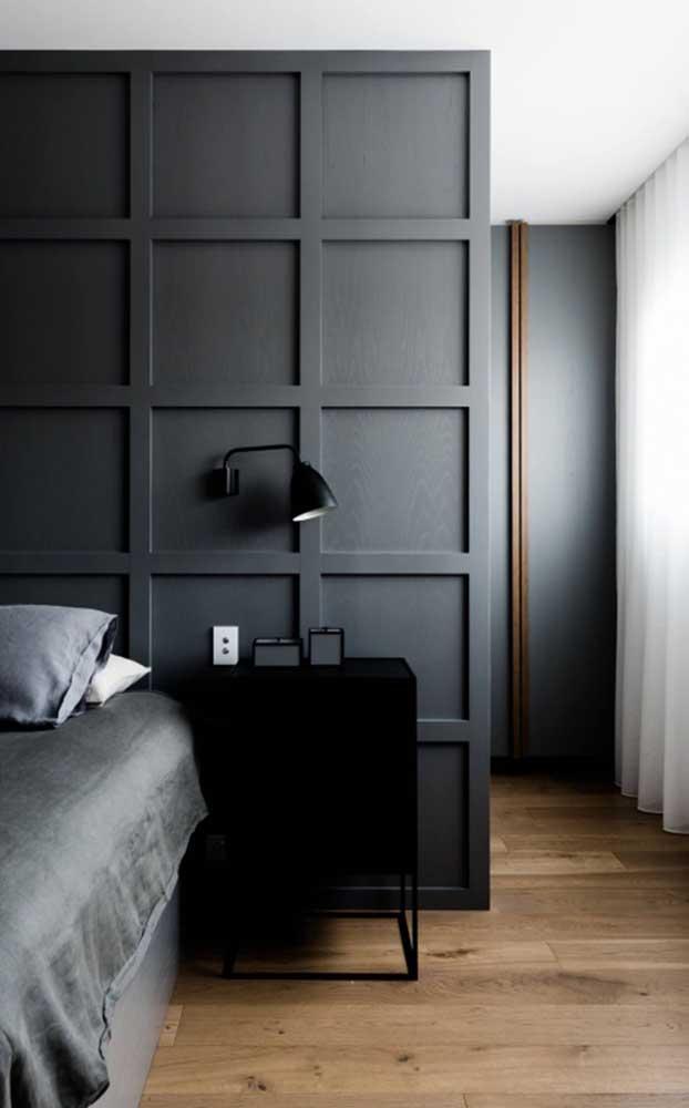 Olha que combinação interessante: decoração na cor preta e carpete de madeira.