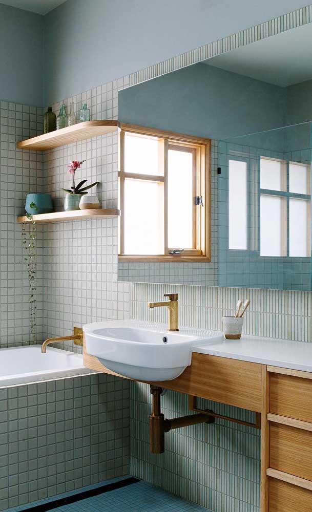 A cuba branca para banheiro fica perfeita nessa combinação com móveis de madeira.