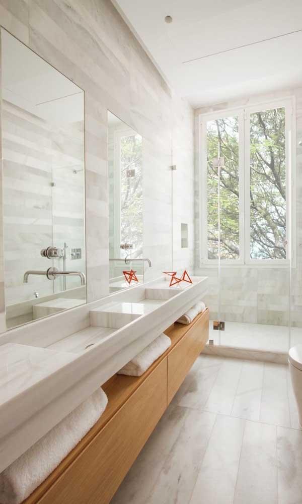Olha como o espelho pode ser um grande aliado na decoração do banheiro.