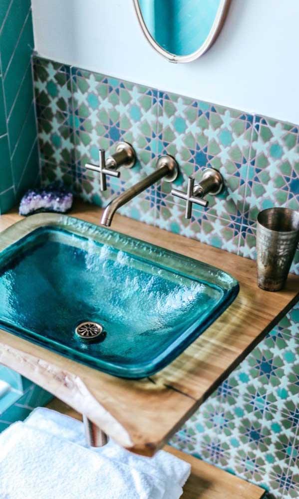 A cuba para banheiro de vidro pode ser colorida para combinar com a decoração.