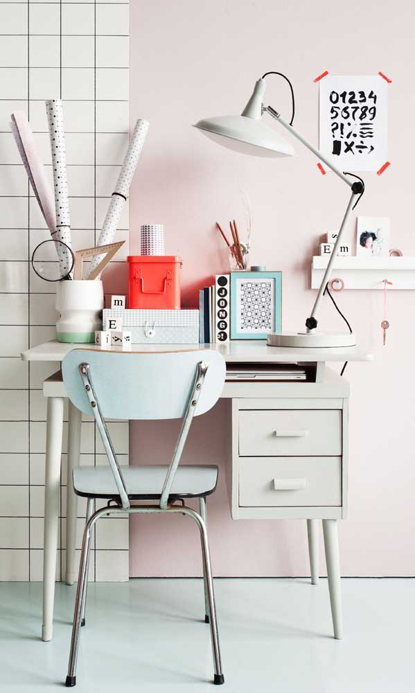 Quando uma pequena mesa se transforma em uma escrivaninha para quarto feminino.