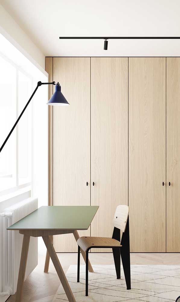 Combine a escrivaninha com o armário na hora de decorar o quarto.