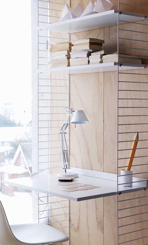 Se você tem pouco espaço, pode escolher uma escrivaninha que se fixa na parede.