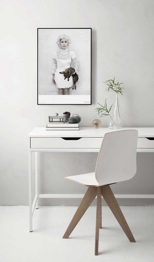 O que acha de escolher uma escrivaninha branca para quarto? O móvel pode deixar o ambiente mais clean.