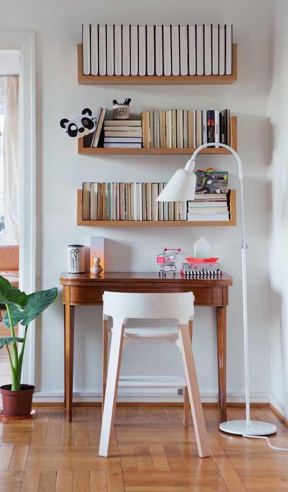 Pegue aquela mesa que você não usa mais e transforme em escrivaninha.