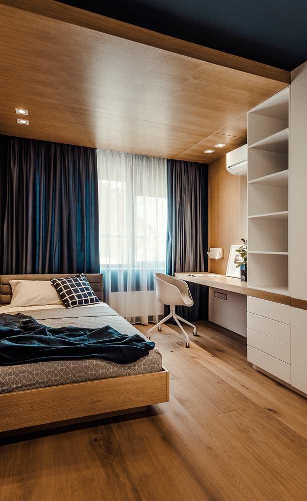 A escolha da escrivaninha deve levar em consideração o espaço e o posicionamento do móvel no quarto.