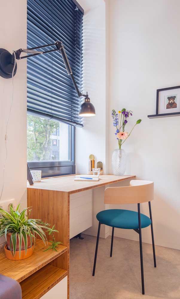 O que acha de aproveitar a luz natural da janela na hora de estudar ou trabalhar?