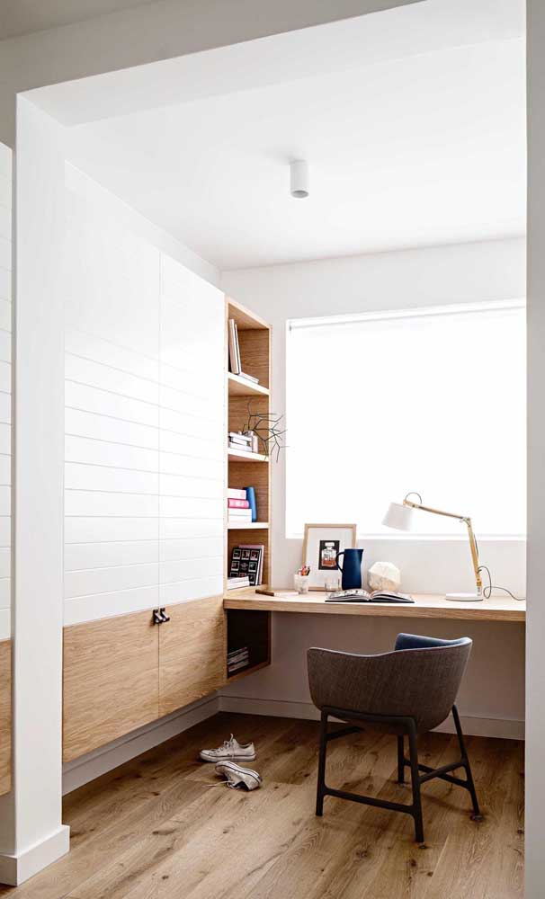 Se você tem espaço pode optar pela escrivaninha grande para quarto.