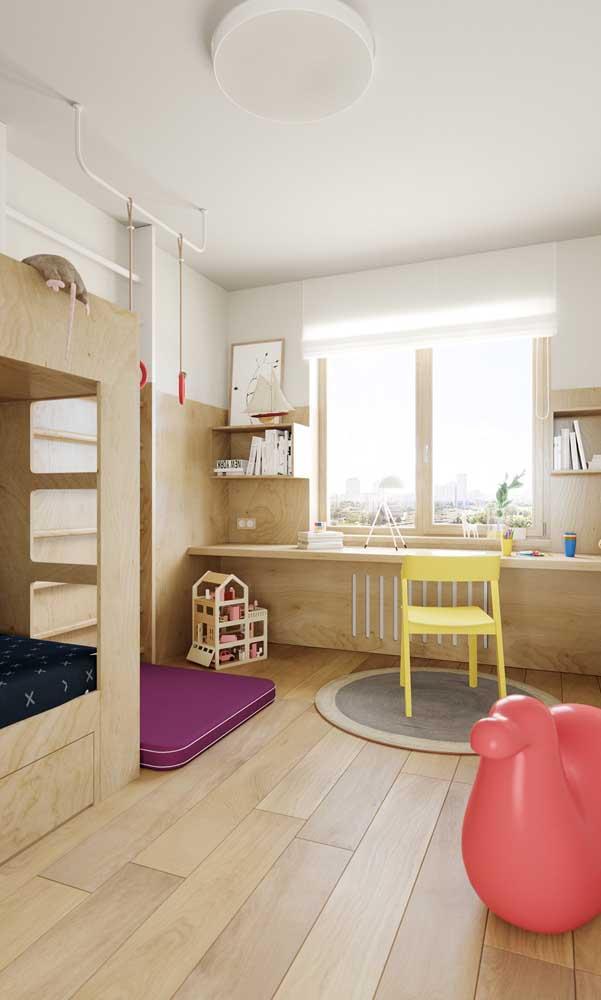 Prepare uma decoração toda de madeira para o quarto infantil.