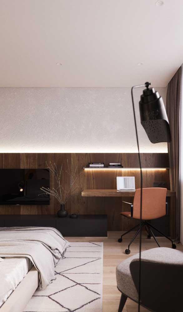 Você pode aproveitar o mesmo painel da TV para colocar a escrivaninha no quarto.