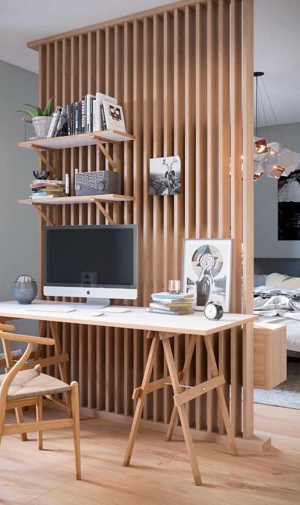 Veja que painel fantástico para servir como parede para a escrivaninha.