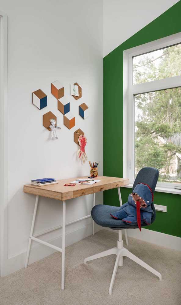 Deixe o cantinho com a escrivaninha bem decorado para ter prazer na hora de estudar.