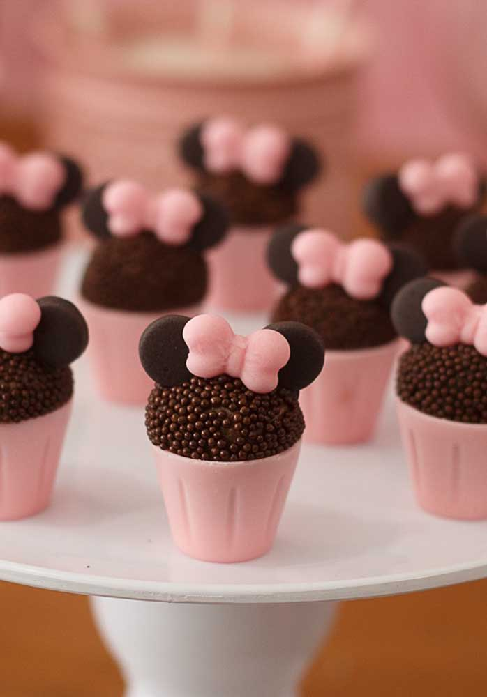 Olha que ideia genial para personalizar o brigadeiro da festa da Minnie.